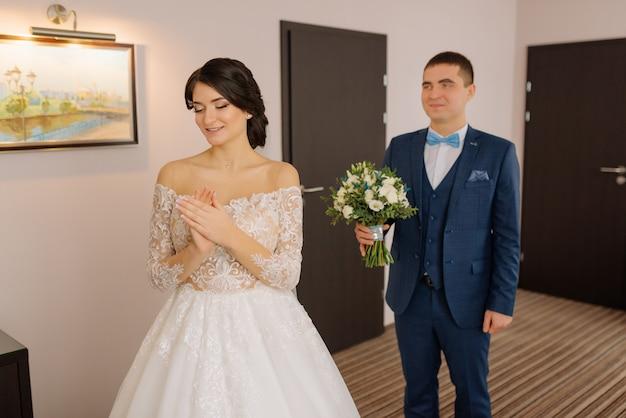 Sposa e sposo. il primo incontro degli sposi. primo sguardo degli sposi al mattino. sposi in hotel. sposa e sposo.