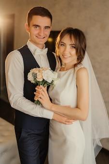 Sposa e sposo. il primo incontro degli sposi sorridenti. primo sguardo degli sposi al mattino. sposi in hotel. sposa e sposo.