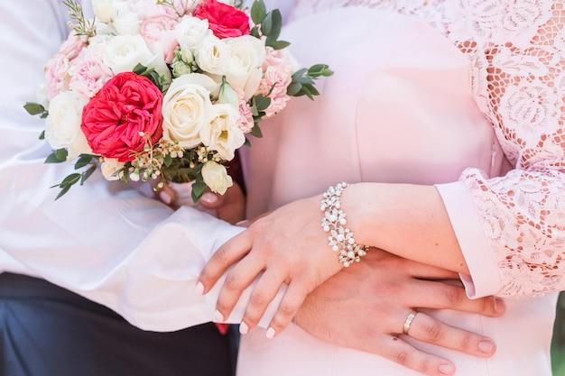 Sposa e sposo. la sposa tiene un mazzo nelle sue mani
