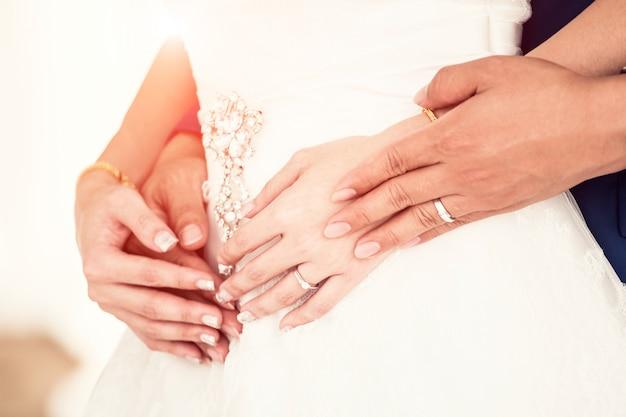 Sposa e sposo nel giorno della cerimonia di nozze