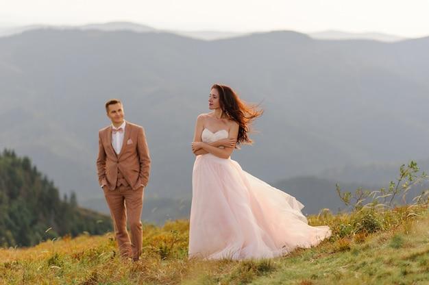 Sposa e sposo. sessione fotografica di matrimonio nel paesaggio montano.