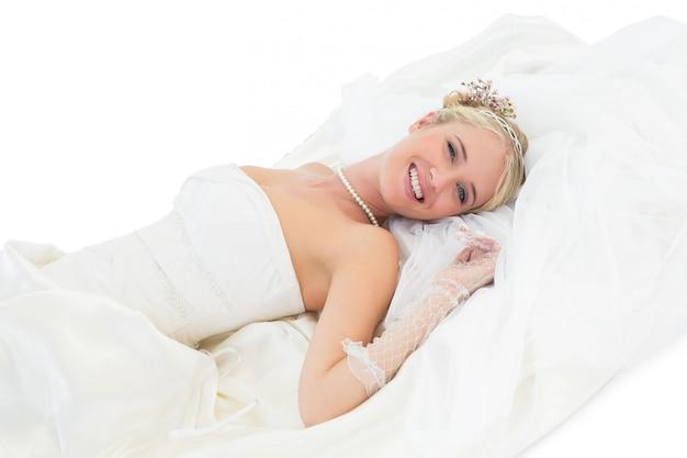 Sposa elegante che si trova sopra la priorità bassa bianca