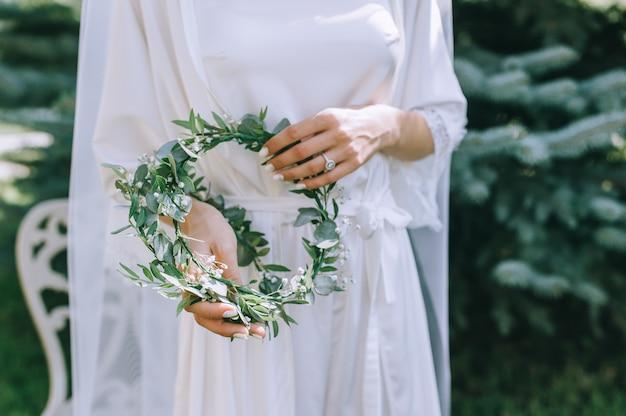 Sposa in abito da sposa con bouquet da sposa nelle mani