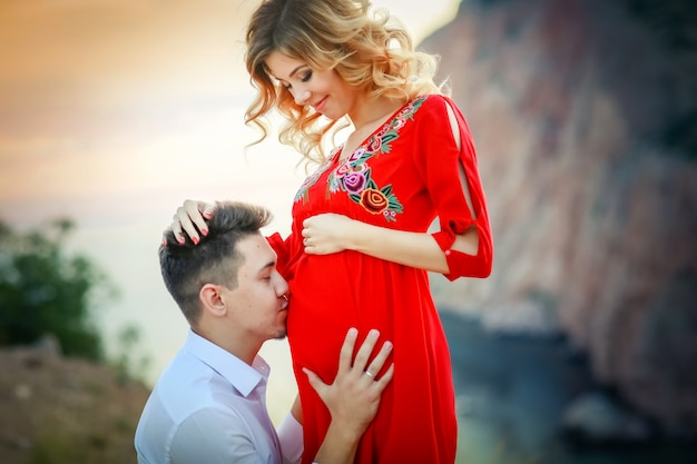 Sposa splendida e sposo alla moda che camminano al paesaggio soleggiato, sposi, montagne di cerimonia di lusso con vista incredibile, spazio per il testo