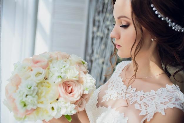 Sposa tenere bouquet da sposa di rose peonie e rose.