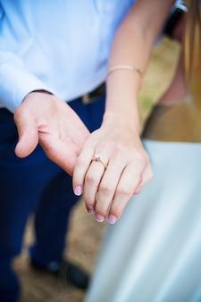 Sposami oggi e tutti i giorni. tenersi per mano delle coppie della persona appena sposata, immagine di nozze.