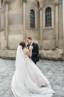 Spose felici abbracciano il giorno del matrimonio