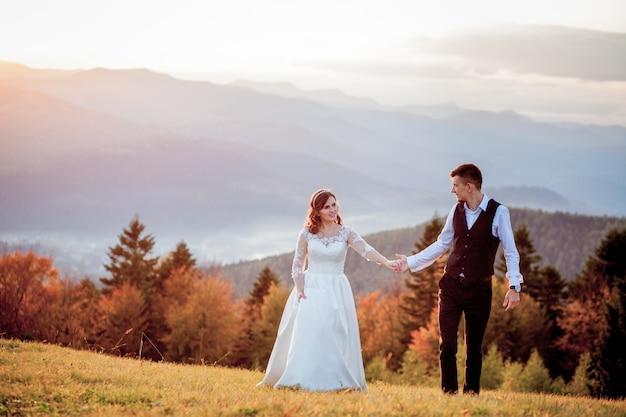 Sposi al tramonto coppia sposata romantica