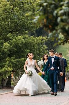 Sposi bella sposa e lo sposo. novelli sposi. avvicinamento. sposi felici sul loro abbraccio di nozze. vestito da sposa.