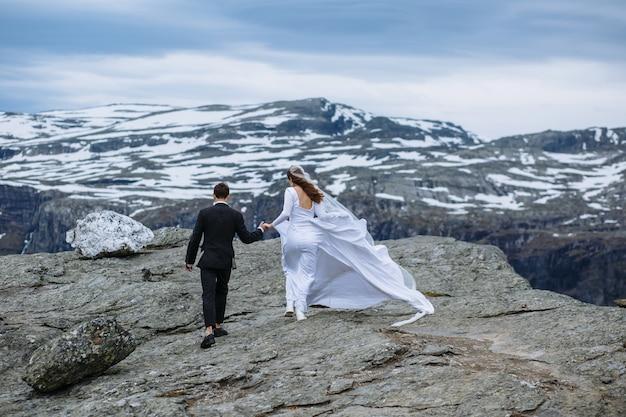 Sposi camminando sulla montagna