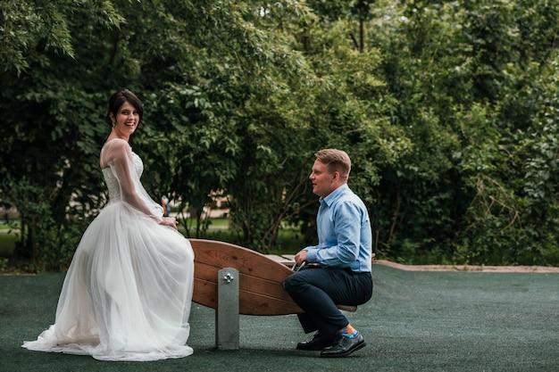 Sposi che giocano sulle altalene