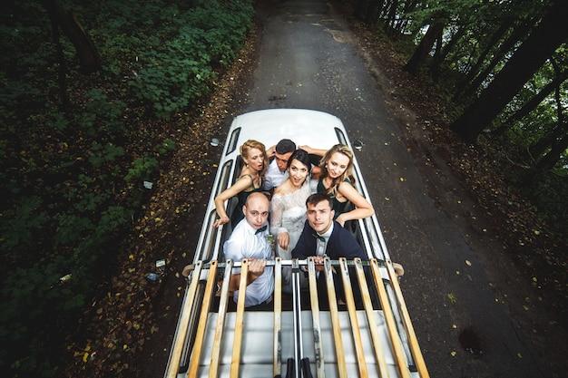 Sposi con amici in macchina