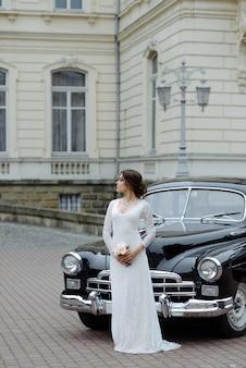 Sposi con auto di nozze