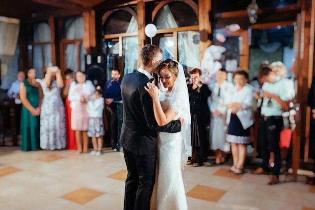 Sposi felici al loro primo ballo, matrimonio