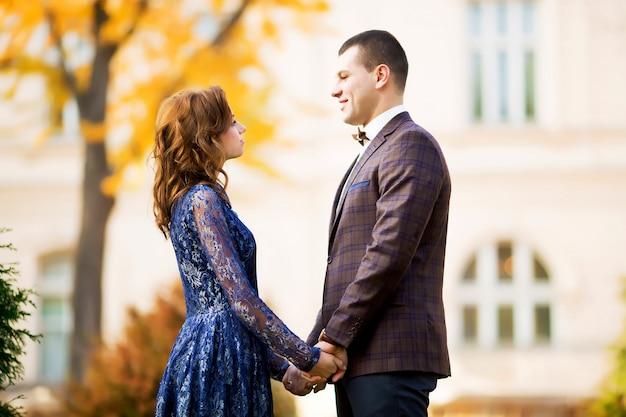 Sposi felici che camminano nella foresta di autunno