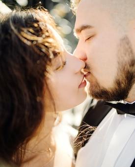 Sposi felici nel lago di como, italia