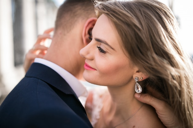 Sposi il giorno del loro matrimonio a budapest