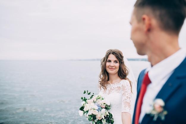 Sposi sul mare, amanti sul molo