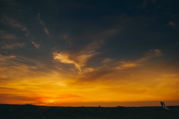 Sposi sullo sfondo del tramonto