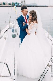 Sposi sullo yacht, amanti in posa sullo yacht