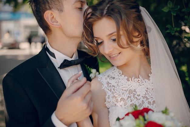 Sposo che bacia la testa della sposa