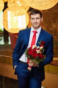 Sposo con un bellissimo mazzo di fiori