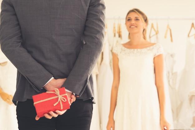 Sposo della sposa in vestito da cerimonia nuziale nella cerimonia di cerimonia nuziale.