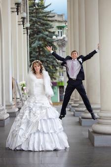Sposo e sposa di divertimento nel giorno delle nozze di autunno