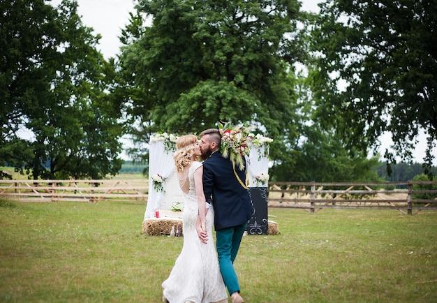 Sposo e sposa in movimento in natura, stile rustico