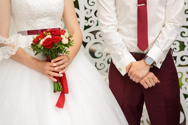Sposo e sposa vicino all'arco di nozze