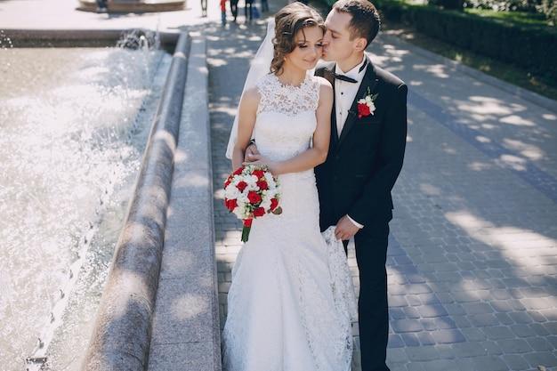 Sposo felice che bacia la guancia della sposa