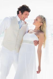 Sposo immergendo la sua felice nuova moglie mentre balla
