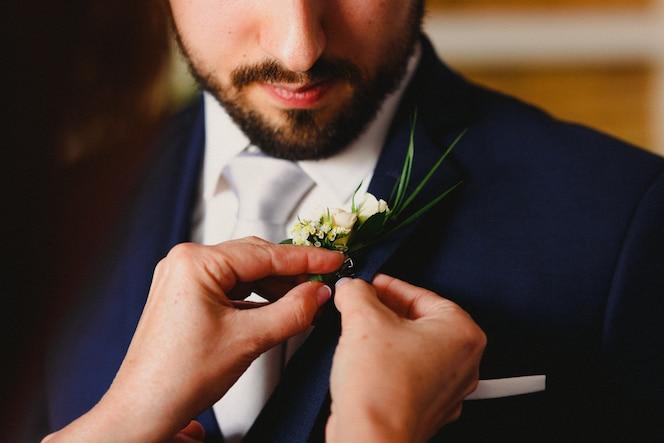 Sposo si veste per andare al suo matrimonio