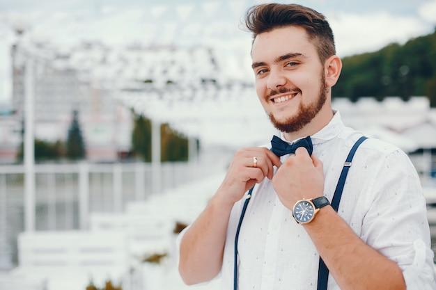 Sposo vestito con una camicia bianca