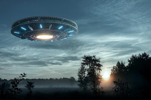 Spostamento dello spazio alieno fluttuante nel cielo