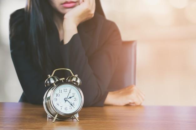 Sprecare il concetto di tempo con la donna d'affari annoiato in attesa di qualcuno in ritardo