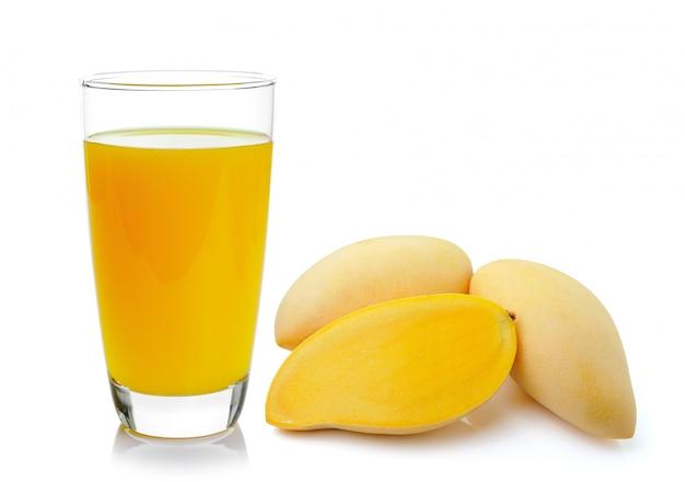 Spremuta del mango in un vetro sopra bianco