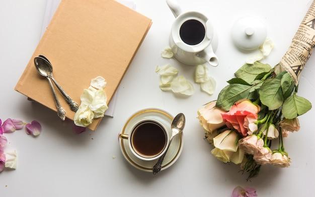 Spring fashion flat lay. spring to do list. libri, caffè, rose