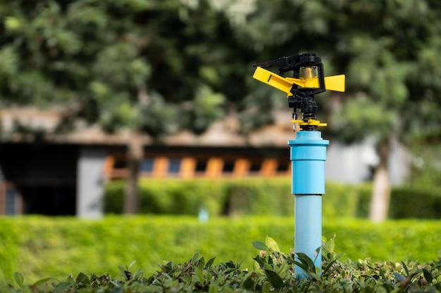Springer del tubo dell'acqua in giardino, azienda agricola, piante d'innaffiatura.