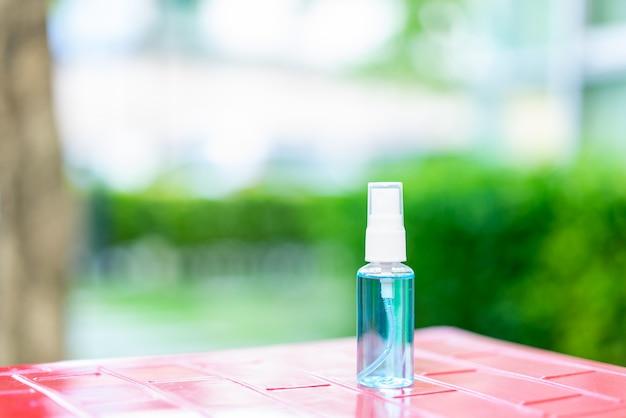 Spruzzare una bottiglia di alcool per la pulizia per prevenire il coronavirus