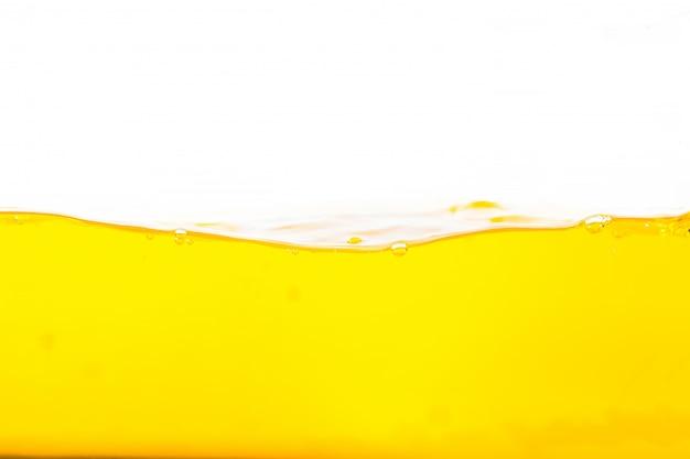Spruzzata arancione dell'acqua, spruzzata arancione della superficie dell'acqua e bolle su bianco