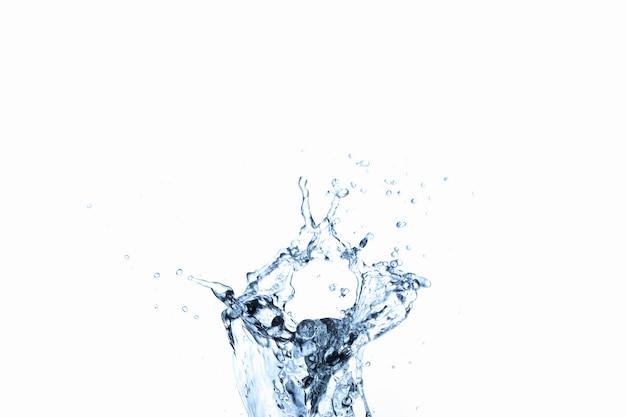 Spruzzata dell'acqua in vetro isolato su bianco