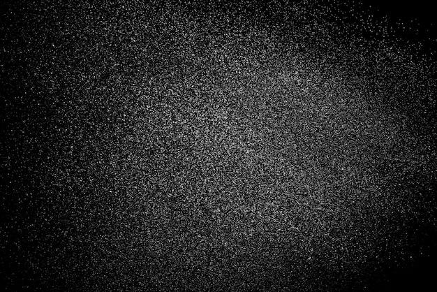 Spruzzata dell'acqua isolata su fondo nero