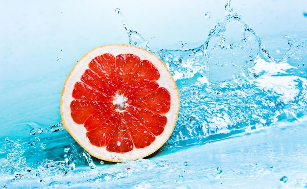 Spruzzata di acqua dolce sul pompelmo rosso