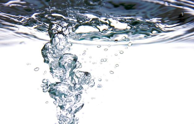 Spruzzata di acqua fresca con bolle d'aria su sfondo bianco.