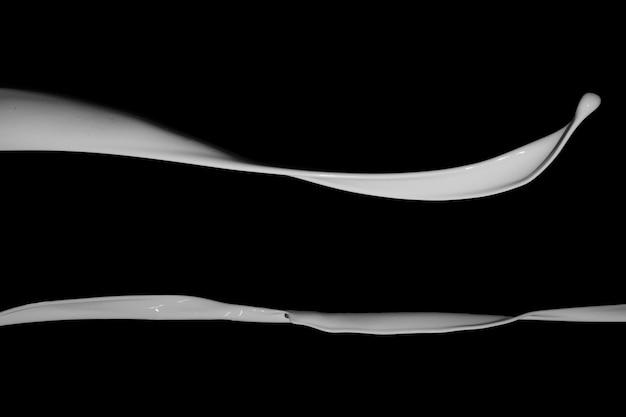 Spruzzata di vernice bianca isolato su sfondo nero.