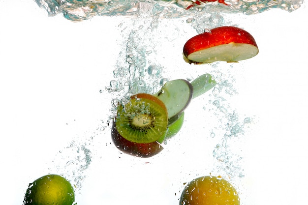 Spruzzi d'acqua con frutta fresca