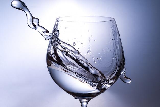 Spruzzi d'acqua da un bicchiere