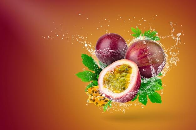 Spruzzi d'acqua di frutto della passione su sfondo rosso