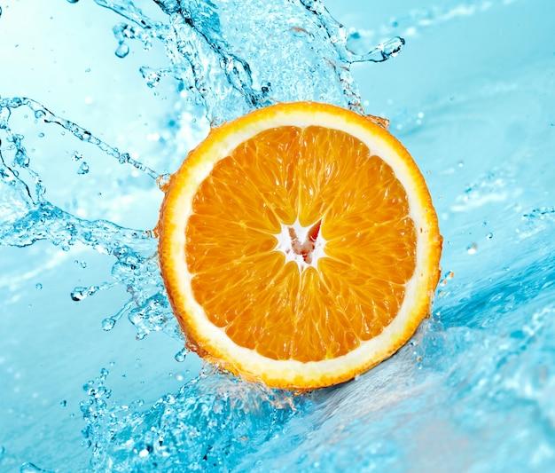 Spruzzi d'acqua dolce sull'arancia